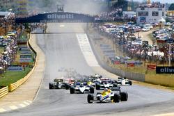 Старт гонки: лидирует Найджел Мэнселл, Williams FW10, следом Нельсон Пике и Марк Зурер, Brabham BT54