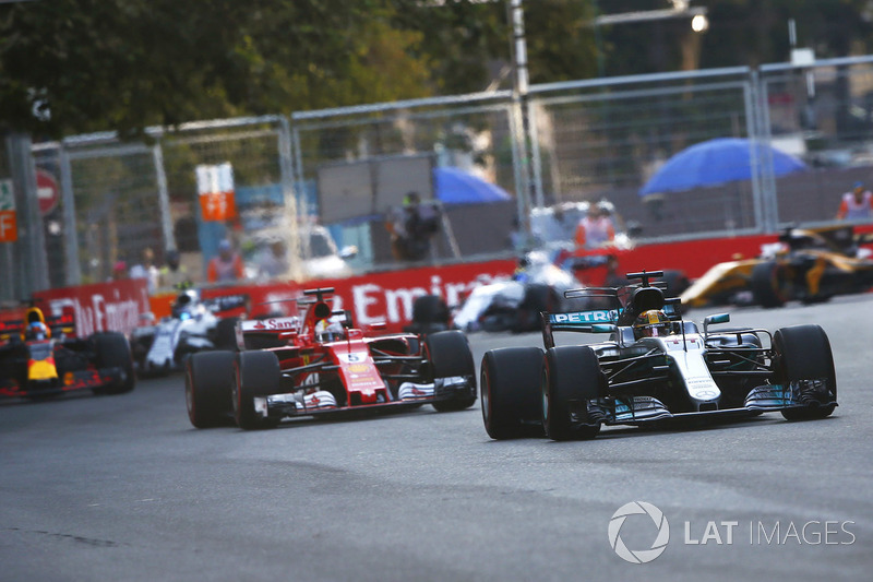 Lewis Hamilton, Mercedes AMG F1 W08 lidera a Sebastian Vettel, Ferrari SF70H
