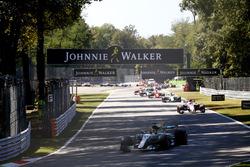 Lewis Hamilton, Mercedes AMG F1 W08, at the start