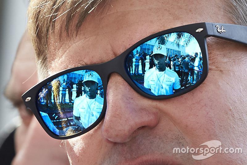Lewis Hamilton, Mercedes AMG F1, als Reflexion in einer Sonnenbrille