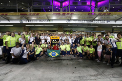 The team say a fond goodbye to Felipe Massa, Williams, after his final race for the team and in F1
