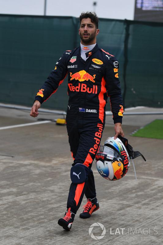 Daniel Ricciardo, Red Bull Racing caminando después de detenerse en la calificación