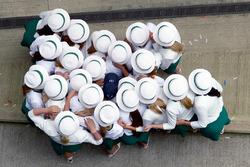 Chicas de la parrilla se ponen alrededor de ganador de la carrera Lewis Hamilton, Mercedes AMG F1