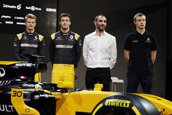 Слева направо: гонщики Renault Sport F1 Нико Хюлькенберг и Джолион Палмер, управляющий директор Renault Sport F1 Сириль Абитбуль, третий пилот Renault Sport F1 Сергей Сироткин возле автомобиля RS17