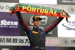 Podium: Race winner António Felix da Costa, Carlin Dallara Volkswagen