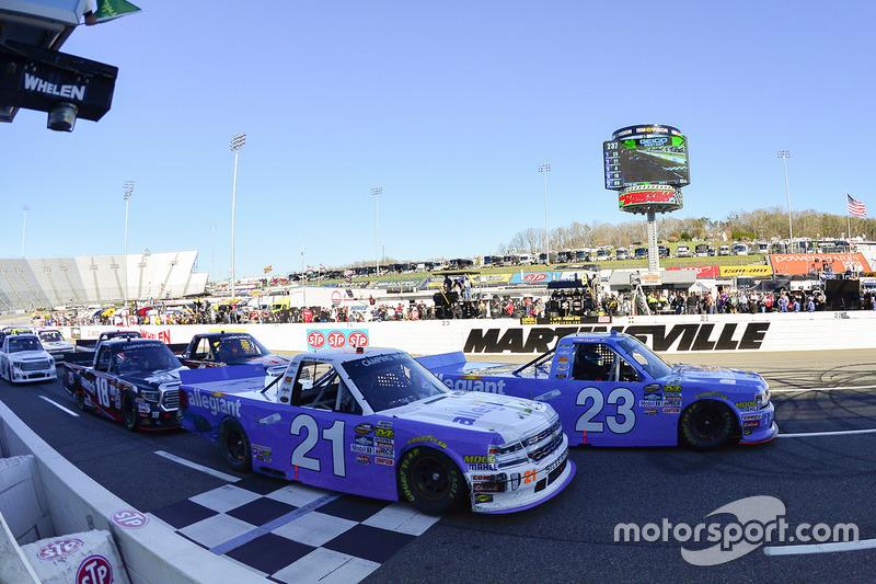 Restart: Chase Elliott, GMS Racing Chevrolet, Johnny Sauter, GMS Racing Chevrolet