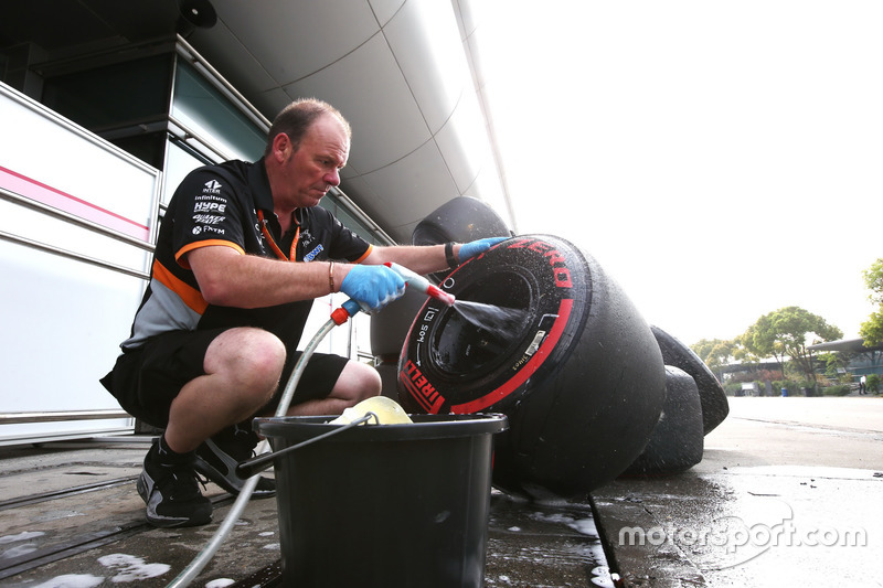 Mechaniker, Force India, wäscht Super-Soft-Reifen und Felgen