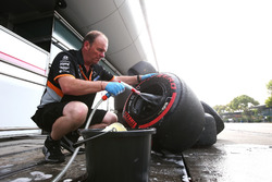 Un mecánico de Force India lava algunos neumáticos Super blandos y llantas
