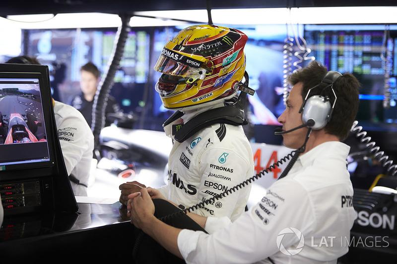 Гонщик Mercedes AMG F1 Льюис Хэмилтон и исполнительный директор Mercedes AMG F1 Тото Вольф