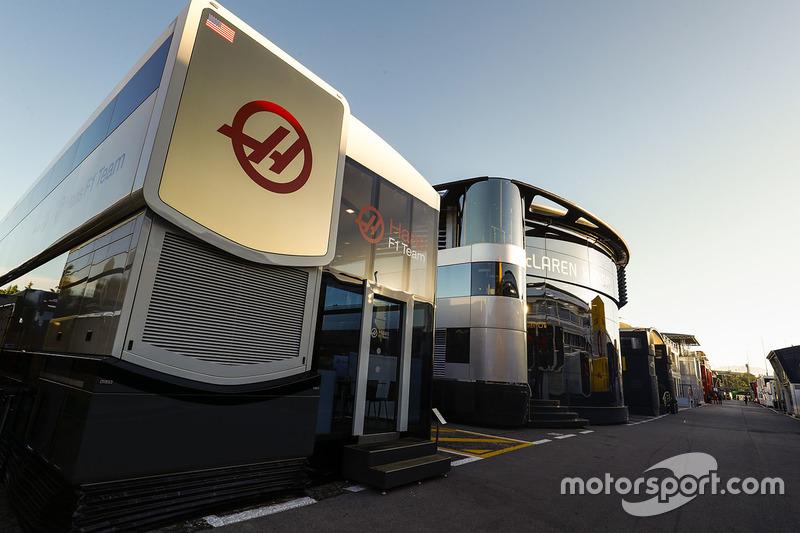 Моторхоумы команд Haas F1 и McLaren