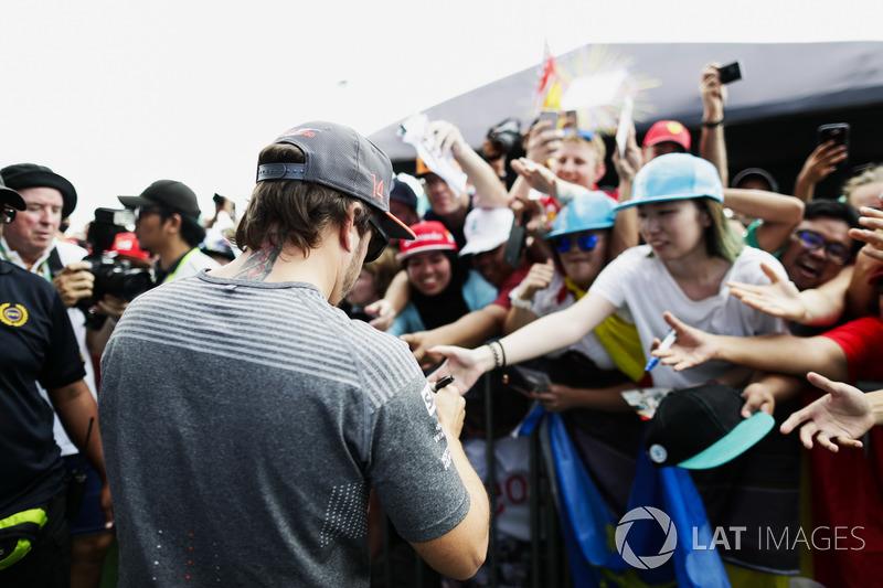 Fernando Alonso, McLaren, firma autógrafos para los aficionados
