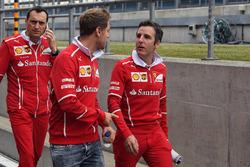 Sebastian Vettel, Ferrari, Riccardo Adami, Ferrari ingeniero de carrera caminan por el circuito