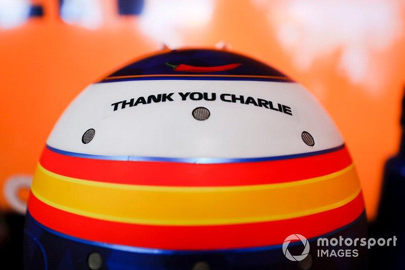Un homenaje a Charlie Whiting, Director de Carrera, FIA, en el casco de Carlos Sainz Jr., McLaren