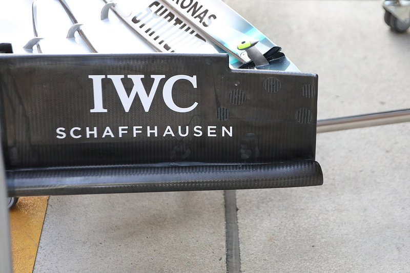 Mercedes W10, dettaglio dell'ala anteriore vecchia