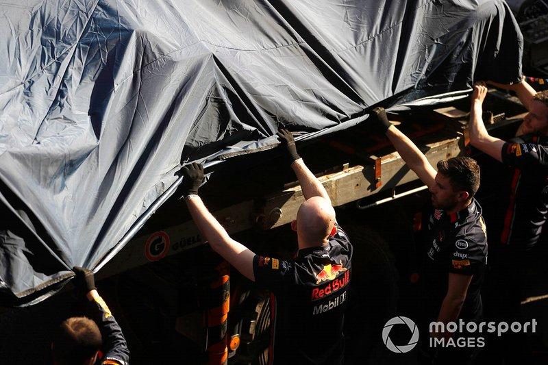 The crashed car of Pierre Gasly, Red Bull Racing RB15 is recovered to the pits