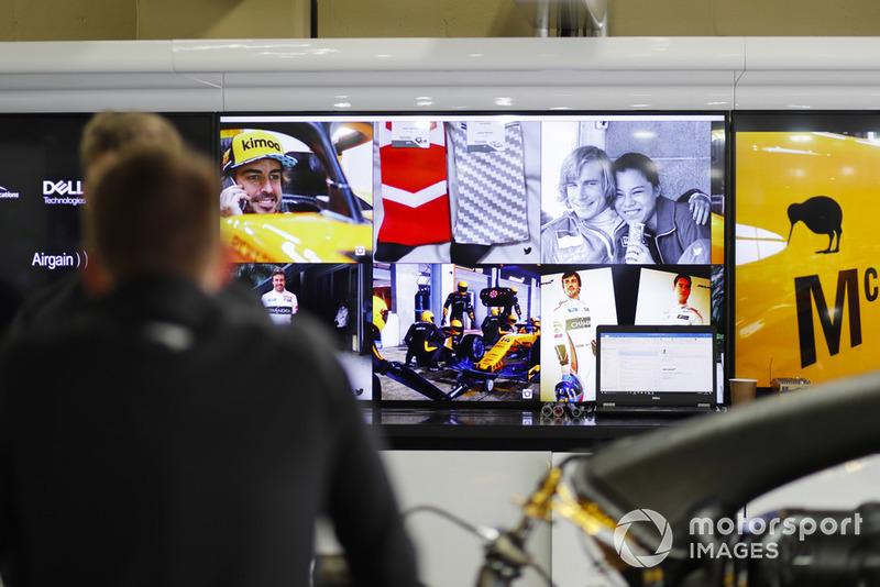 Des images de l'Histoire de McLaren, ici Fernando Alonso et James Hunt, dans le stand McLaren
