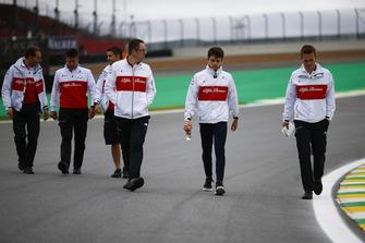 Charles Leclerc, Sauber, ispeziona il circuito con i colleghi
