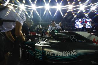 Engineers prepare the car of Lewis Hamilton, Mercedes AMG F1 W09 EQ Power+, on the grid