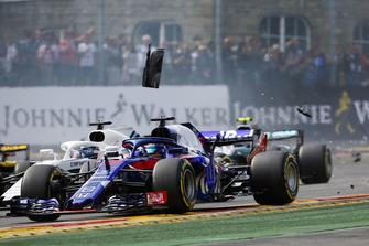 Brendon Hartley, Toro Rosso STR13, precede Lance Stroll, Williams FW41, in mezzo ai detriti, alla partenza