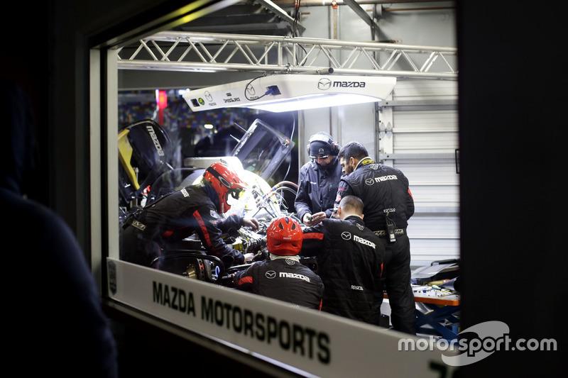 Techneuten werken aan #70 Mazda Motorsports Mazda DPi: Joel Miller, Tom Long, James Hinchcliffe