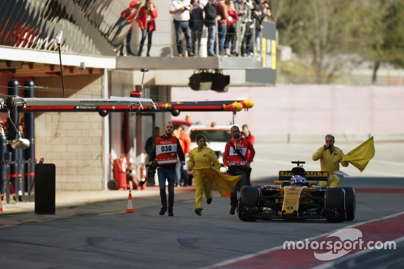 Nach Problemen: Jolyon Palmer, Renault Sport F1 Team RS17, auf dem Weg zurück in die Box