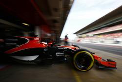 Stoffel Vandoorne, McLaren MCL32, exits his garage