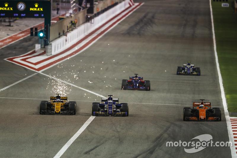 Jolyon Palmer, Renault RS 17, battles with Marcus Ericsson, Sauber C36, behind Fernando Alonso, McLa