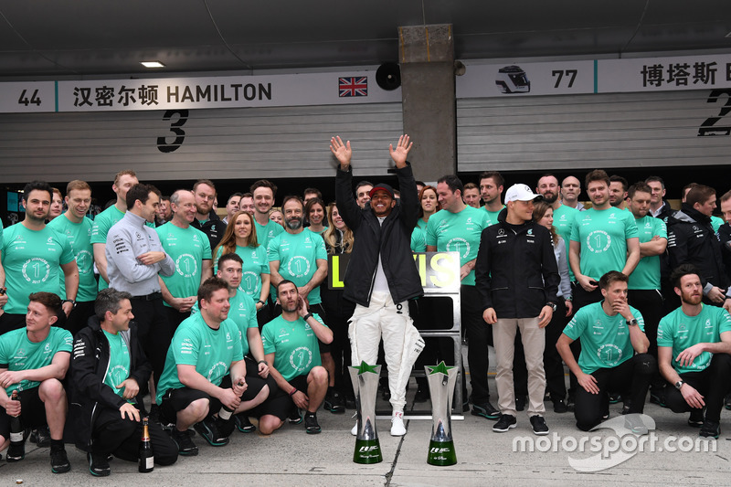 Race winner Lewis Hamilton, Mercedes AMG F1 celebrates with Valtteri Bottas, Mercedes AMG F1 and the