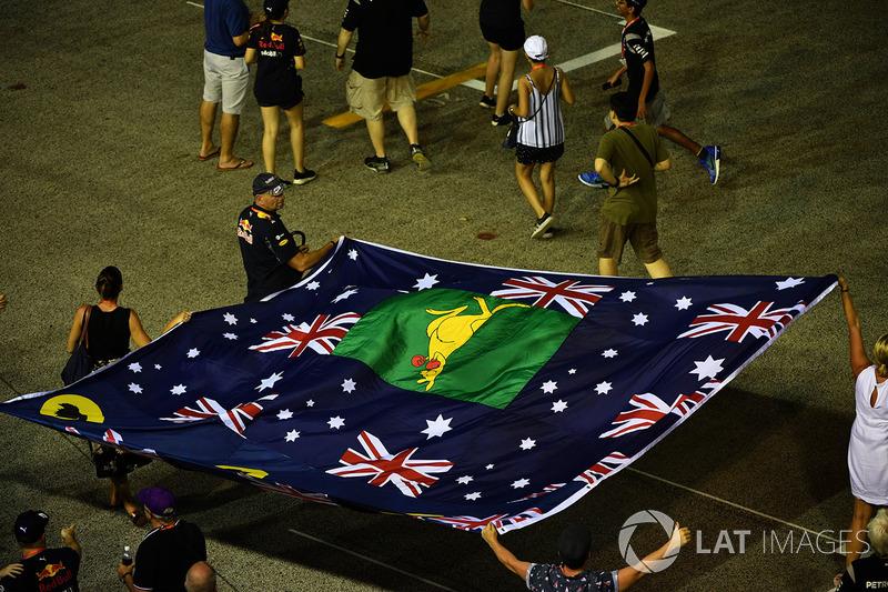 Австралійські уболівальники з прапором