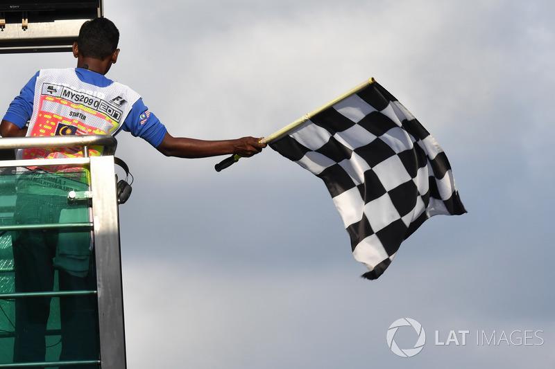 Le drapeau à damier est agité