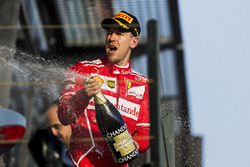 Sebastian Vettel, Ferrari, vainqueur, asperge du champagne sur le podium