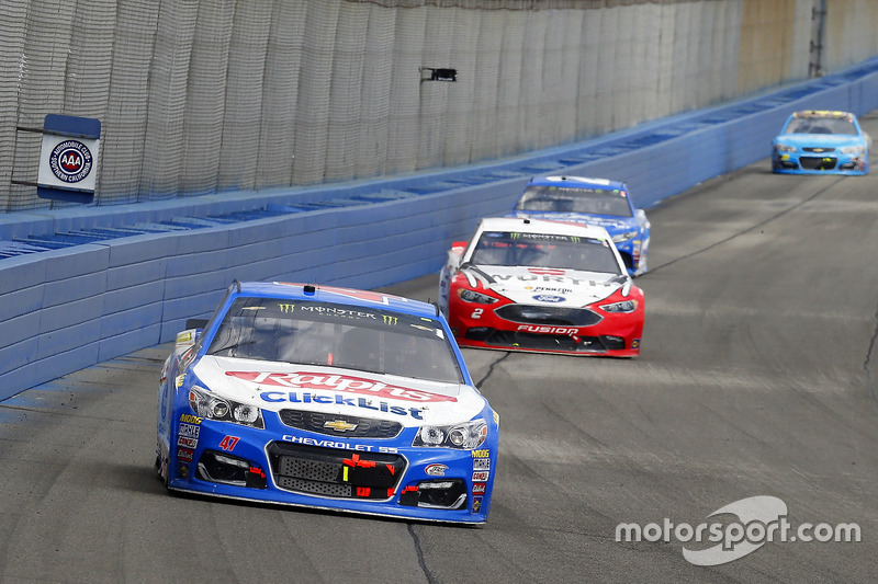 A.J. Allmendinger, JTG Daugherty Racing Chevrolet y Brad Keselowski, Team Penske Ford