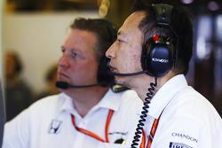 Руководитель программы Honda F1 Юсуке Хасегава и исполнительный директор McLaren Technology Group Зак Браун