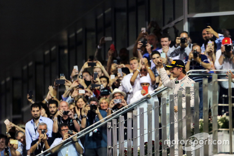 Nico Rosberg, Mercedes AMG F1 celebra su segunda posición y el Campeonato del mundo en el podio