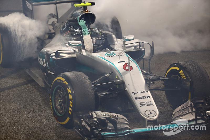 Segundo lugar a Nico Rosberg de Mercedes AMG F1 W07 celebra su campeonato del mundo al final de la c