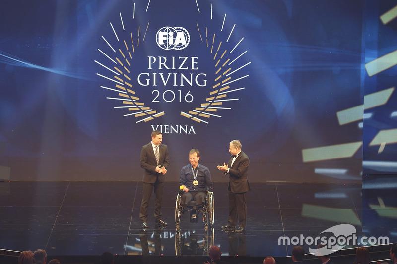 Frédéric Sausset recibe el premio Presidente de Presidente de la FIA Jean Todt con Christophe Tinseau