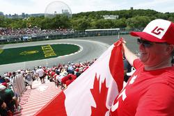 Un fan de Lance Stroll, Williams Racing, agite un drapeau canadien