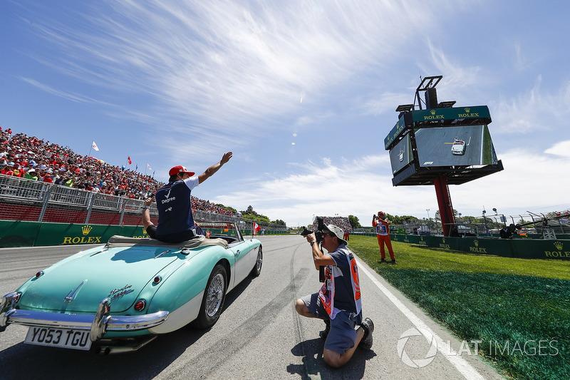 Lance Stroll, Williams Racing, lance des casquettes dans la foule