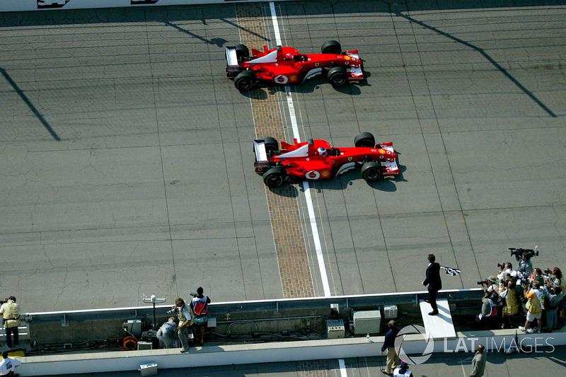 Rubens Barrichello, Ferrari F2002 pasa a Michael Schumacher, Ferrari F2002