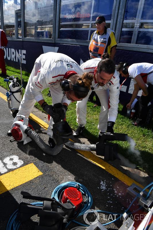 Meccanici Sauber in griglia