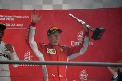 Kimi Räikkönen, Ferrari, sur le podium avec son trophée