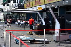 Box de Mercedes AMG F1 y personal de DHl