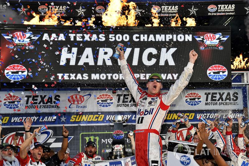 E Kevin Harvick, pela Cup, no domingo. O triunfo classificou o piloto do carro #4 para a final da categoria.