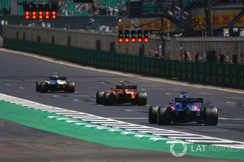 Kevin Magnussen, Haas F1 Team VF-18, Stoffel Vandoorne, McLaren MCL33, e Brendon Hartley, Toro Rosso STR13, si sistemano in griglia per provare la partenza