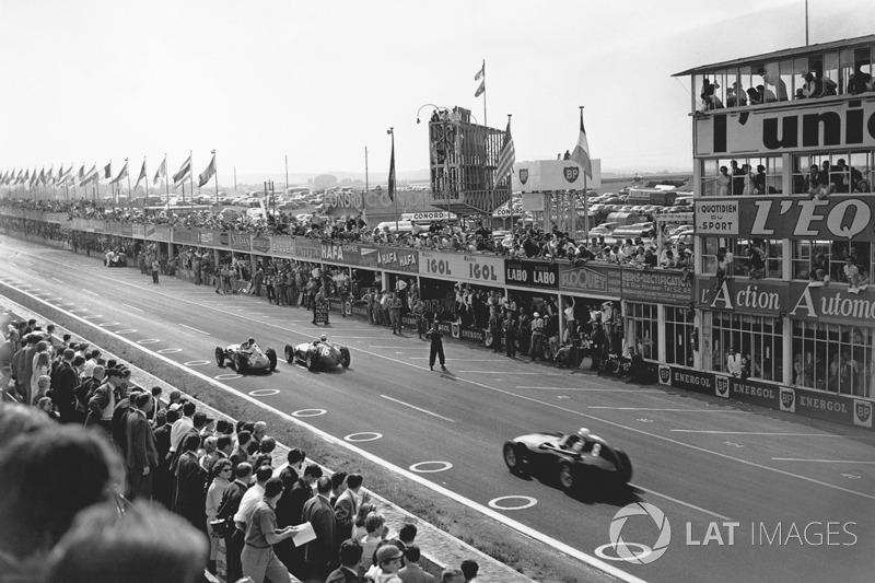 Juan Manuel Fangio, Maserati 250F, precede Stirling Moss, Vanwall VW10