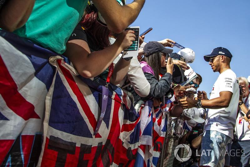 Lewis Hamilton, Mercedes-AMG F1, firma autografi ai tifosi