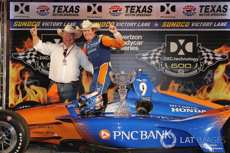 Scott Dixon, Chip Ganassi Racing Honda festeggia nella victory lane con il proprietario del team Chip Ganassi