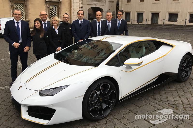 Стефано Доменікалі, генеральний директор Lamborghini, та інші співробітники Lamborghini з папським Lamborghini Huracan
