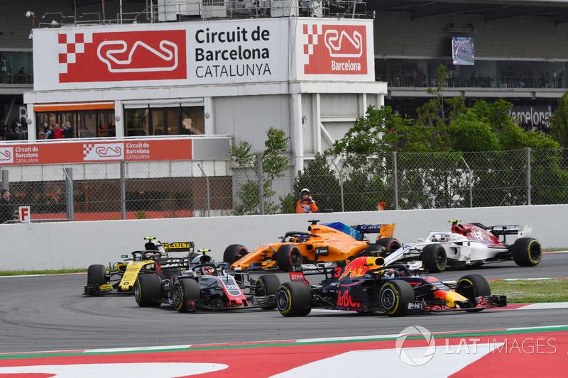 Daniel Ricciardo, Red Bull Racing RB14 leads Kevin Magnussen, Haas F1 Team VF-18