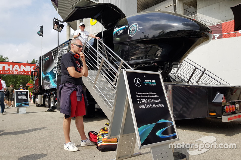 Lewis Hamilton ile Silverstone'da turlayın